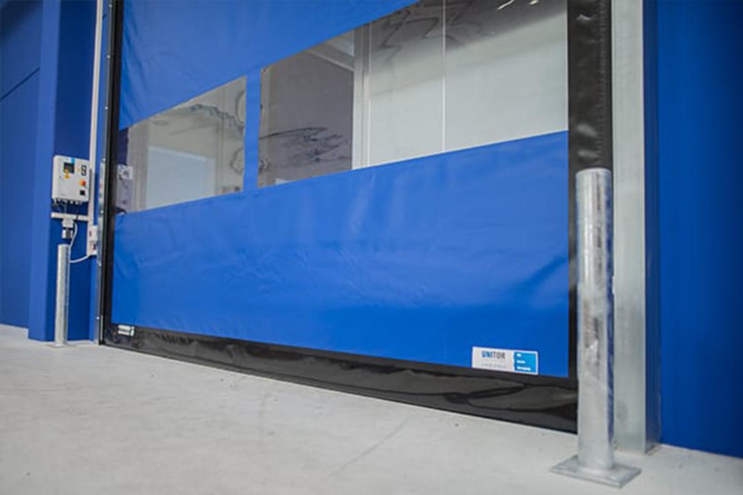 Flexibles Schnelllauftor in Blau für den Außenbereich